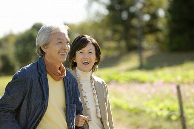 仲良く公園を散歩する夫婦
