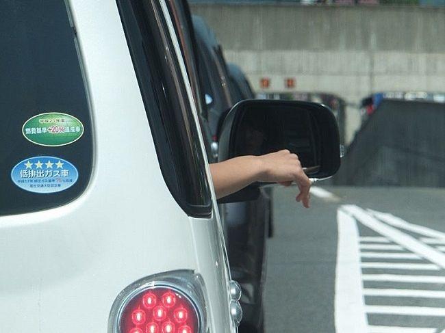 車の運転中に窓からタバコをポイ捨てする人
