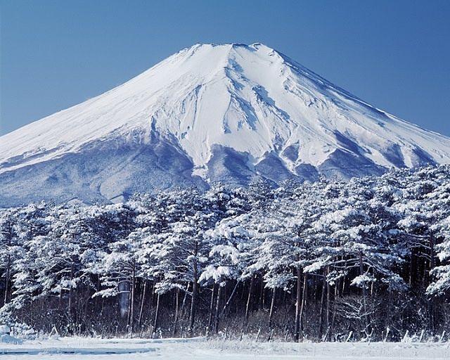 日本で一番寒いと言われている富士山頂に積もる雪
