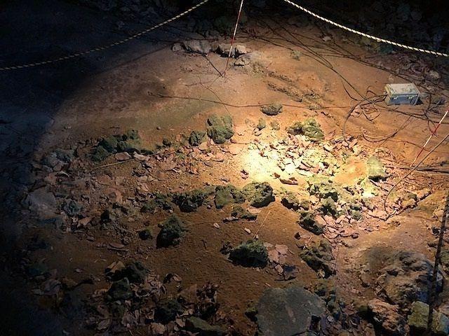 武芸洞と、その人骨が発掘された石の棺跡