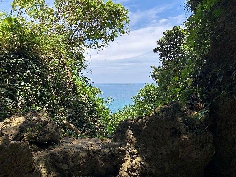 左側には、久高島を臨むことのできる拝所があります。