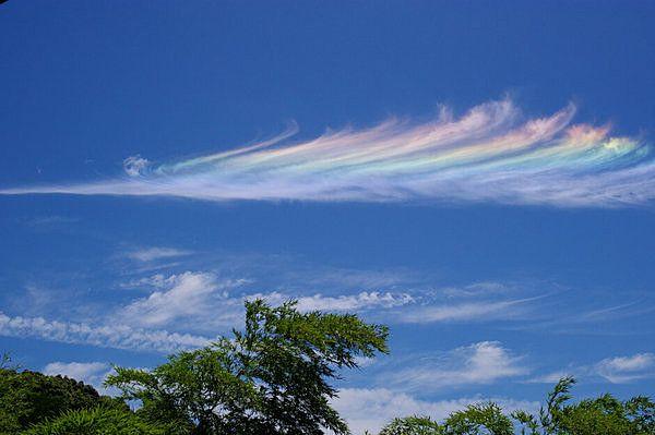 不思議を感じさせてくれるように青空に浮かぶ彩雲(さいうん)