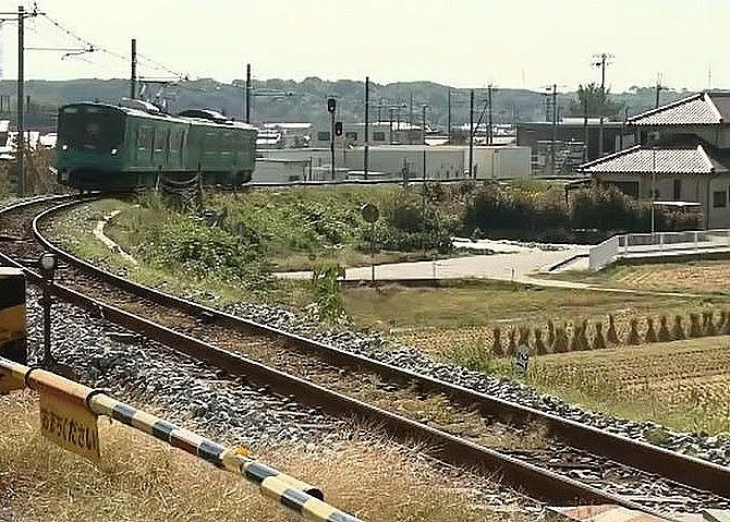 厄神駅を出発した下り電車が、加古川手前で、左にカーブを描きながら鉄橋へ向かいます。