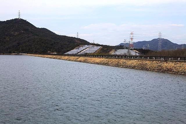 加古川右岸から離れて、西川に沿って北上した所にある平荘湖の第2ダム。