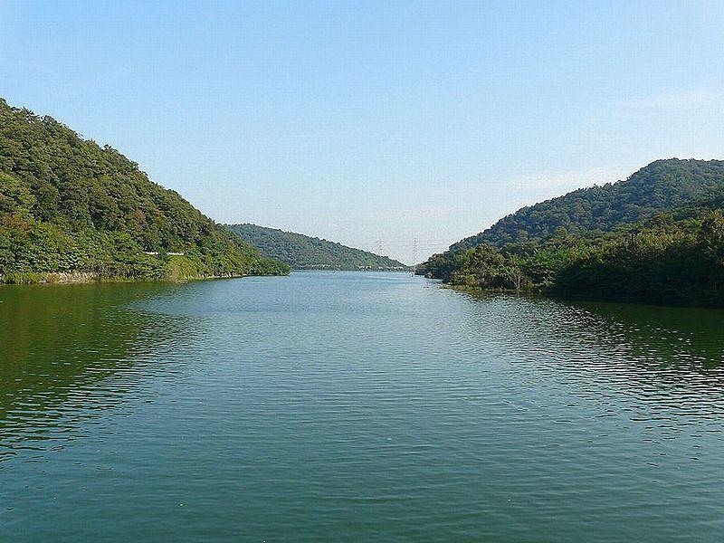 加古川市平荘町上原、 静かな山里の田園地帯の向こうに見える権現ダム・権現湖