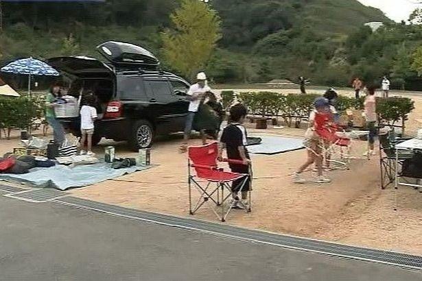 権現総合公園キャンプ場のキャンプを楽しむ家族連れ