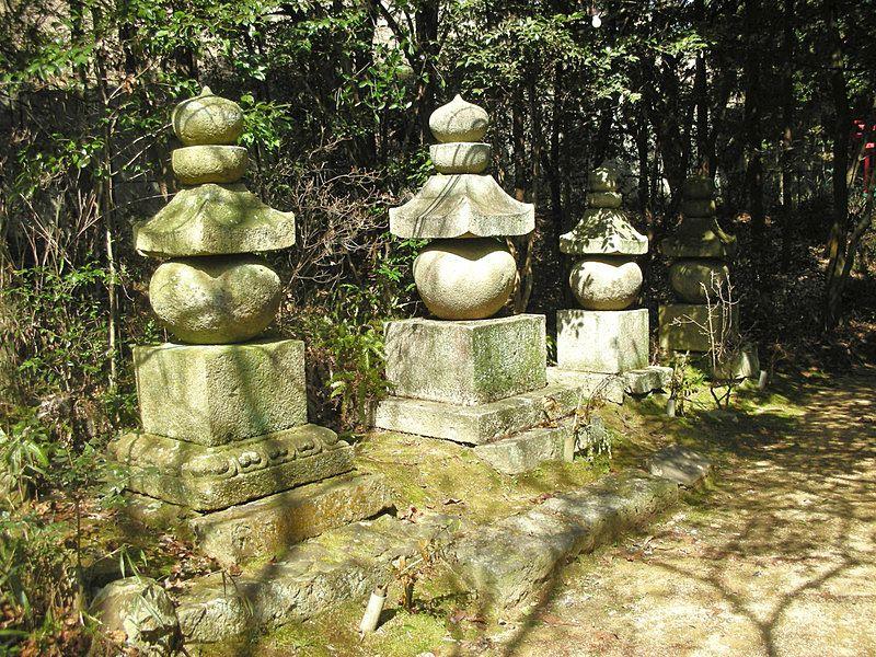 鎌倉時代から室町時代に建てられた四基の石造五輪塔