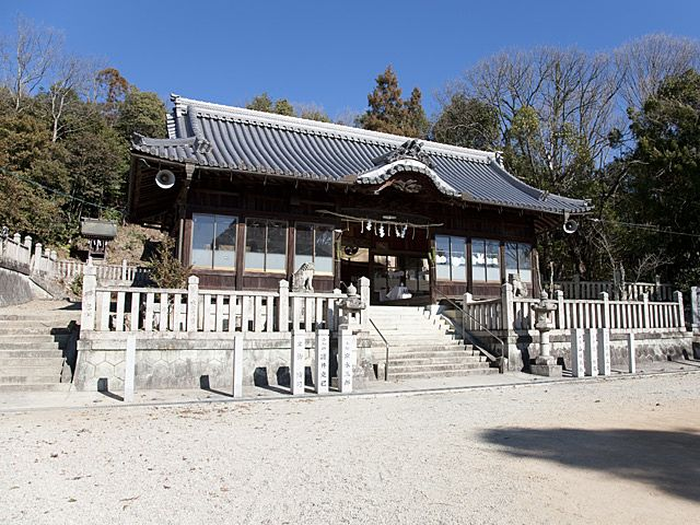 加古川市平荘町山角、山のふもとに建つ平之荘神社