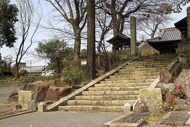 二基の『板碑(いたび)』が建つ平之荘神社の山門