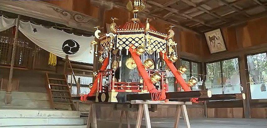 神社に収められている八角形の屋根を持つ高御蔵形式の神輿