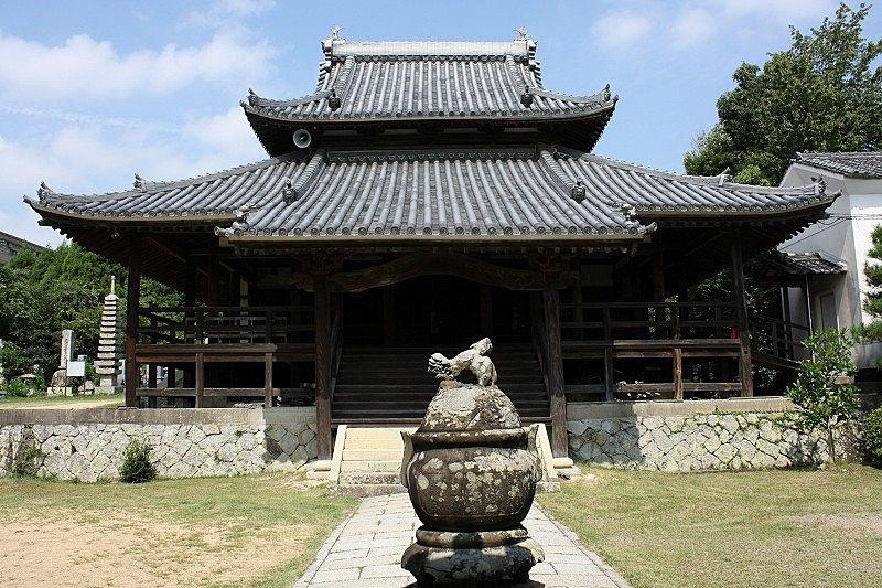 加古川市平荘町山角、山のふもとに建つ報恩寺