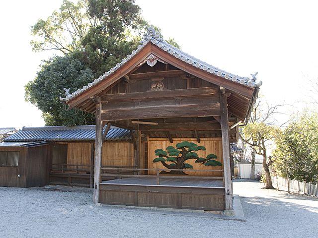 一般的な切り妻の能舞台建築の平之荘神社能舞台