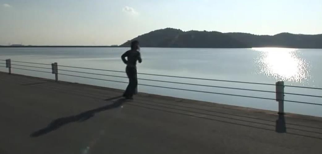 平荘湖湖畔でのジョギングでリフレッシュする人