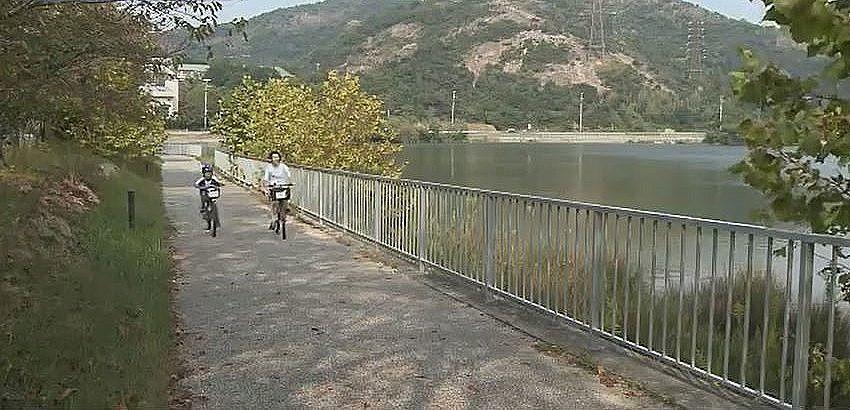 レンタルサイクルで平荘湖周辺を散策する親子。