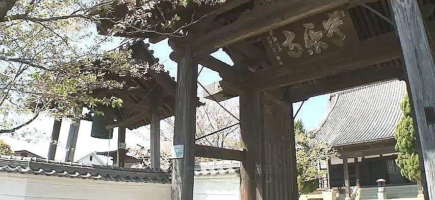 国の登録文化財の常楽寺の鐘楼と山門