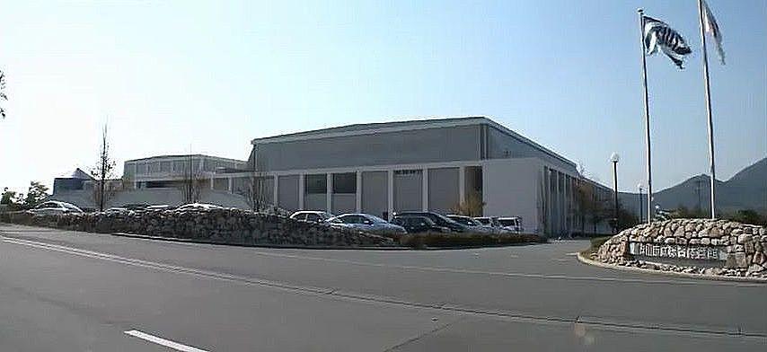 陸上競技場の西にある加古川市立総合体育館の外観