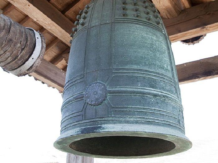 本堂の西にある鐘楼にかかる小振りながら重厚感のある梵鐘。