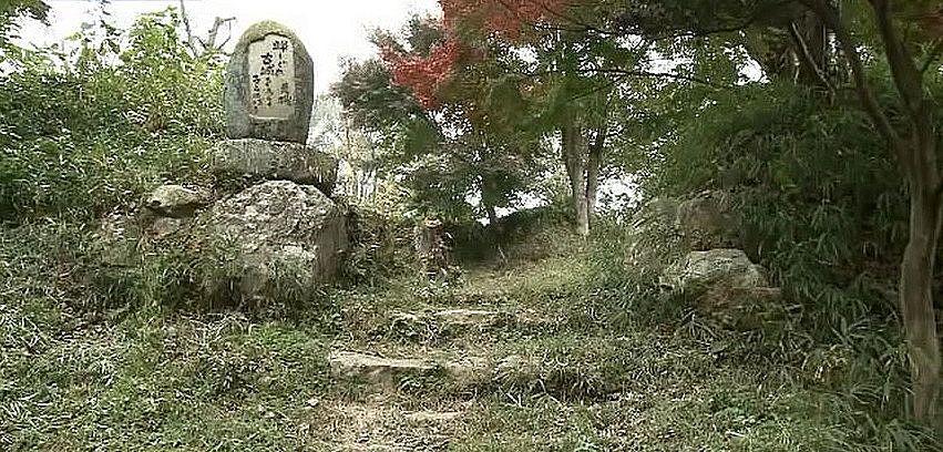 『蝉しぐれ、古城をあらく、子らのぼる』と掘られた三村荒礎の句碑
