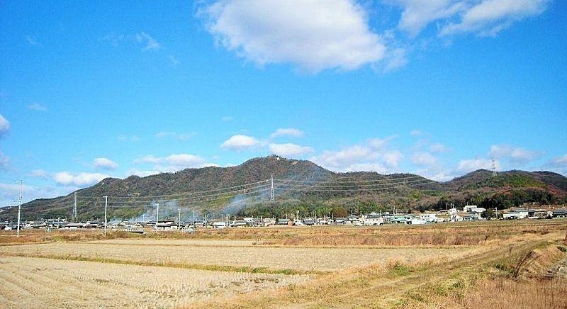 加古川市志方町岡、志方町の東部に位置する仕方の城山。