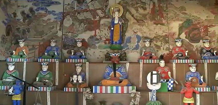 十王の像が祀られている後ろにある、地獄と極楽の様子が描かれた地獄極楽絵