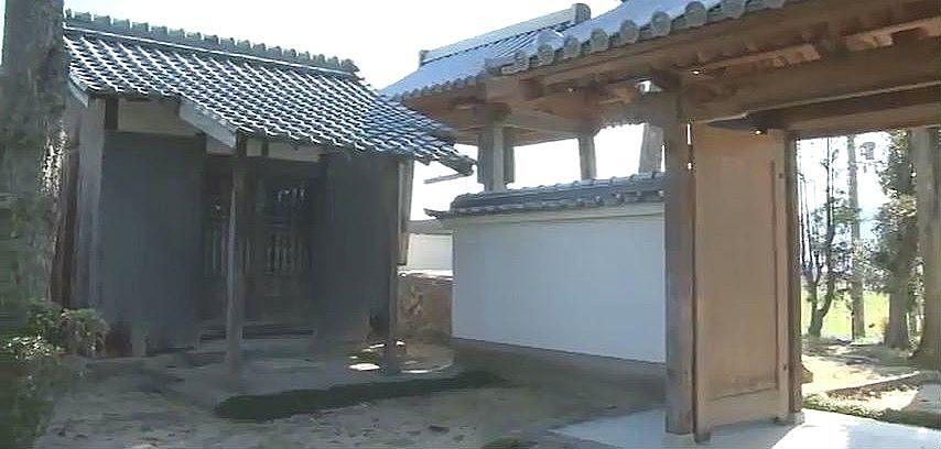 安楽寺の鐘楼の横に建つ『十王堂(じゅうおうどう)』