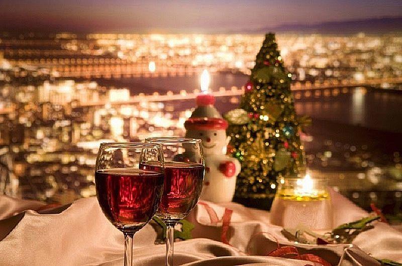 クリスマスイブの街、ワインとサンタクロースとクリスマスツリー