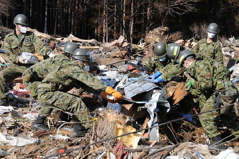 被災地で救助活動をする自衛隊の人たち 全ては「阪神淡路大震災」から変わって行きました