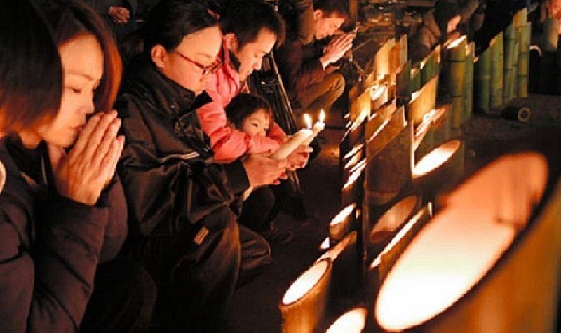 阪神淡路大震災追悼のつどいで黙祷するひとたち