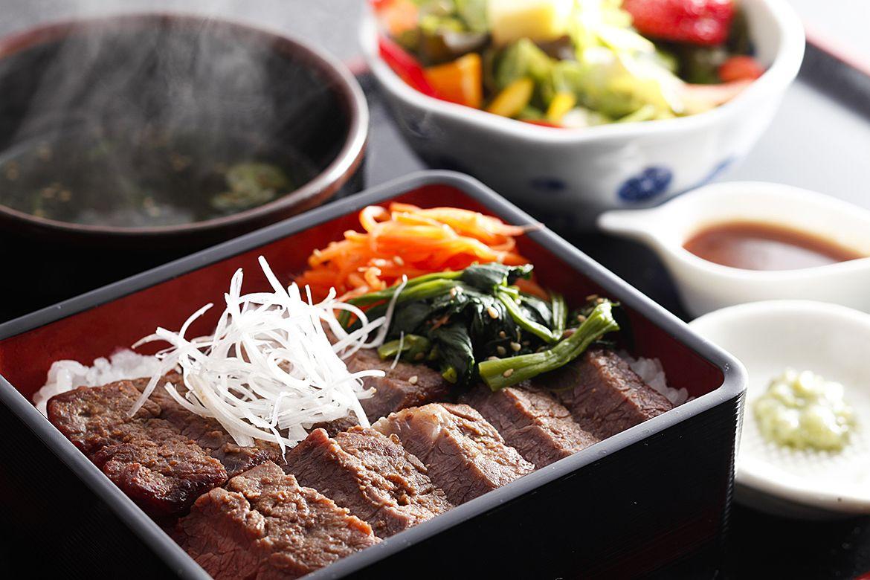 志方亭さんの『加古川ギュッとメシ』特製 漬け肉ステーキ重