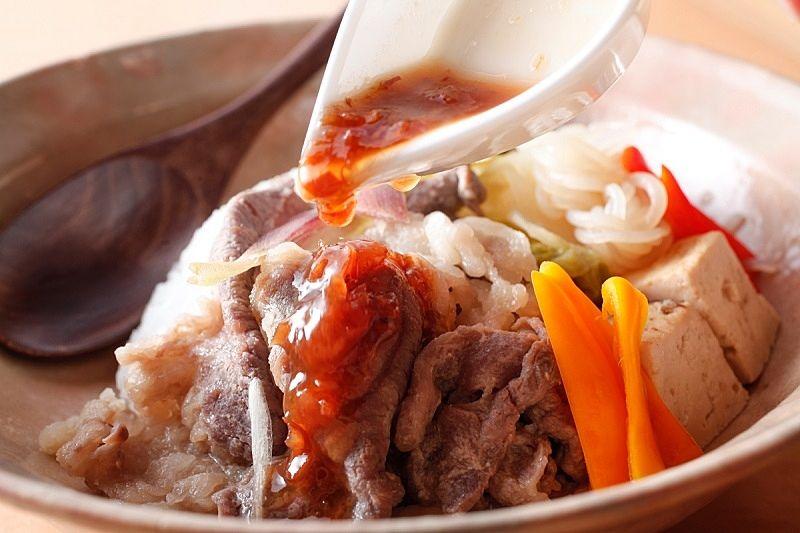 馬馬家(MAMAYA)さんの、加古川ギュッとメシ、『ギュッと味噌すき丼』の特製梅ソース
