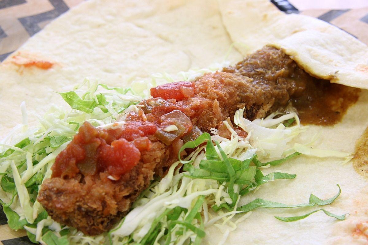 ROCO'Sさんの、加古川ギュッとメシ、『ギュッとカツトルティーヤ』の2種類のソース