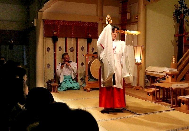 加古川市の宗佐厄神 八幡神社の厄除大祭で舞う巫女さん