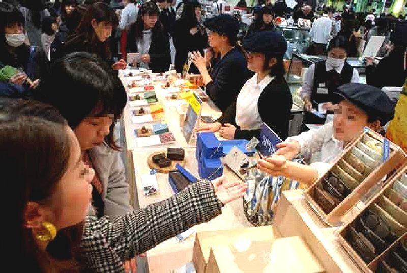 日本の独自の文化、バレンタインデー チョコレートを買う女性たち