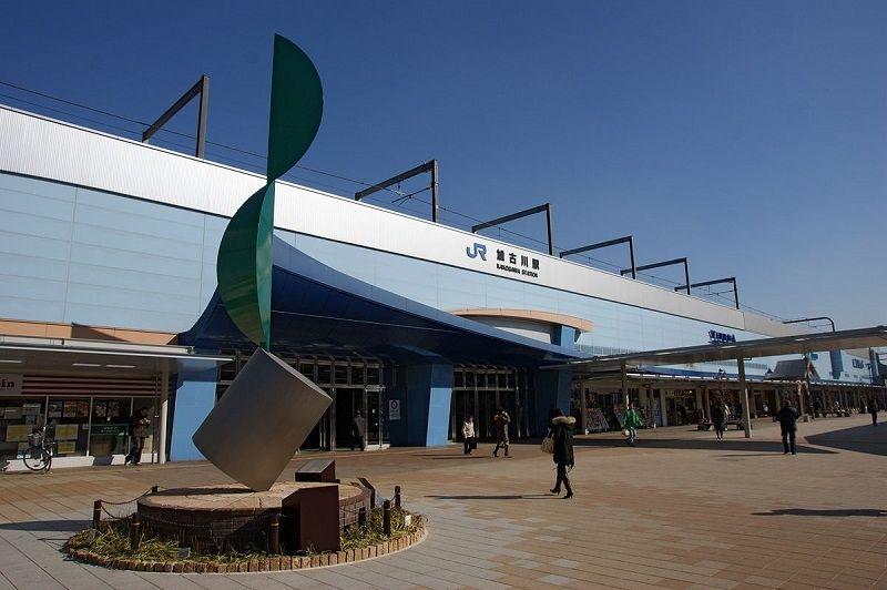 夕刻18時から20時台に3本の特急列車が停まるJR山陽本線加古川駅です