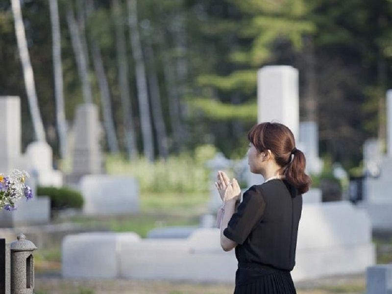 春分の日にお墓参りをする人