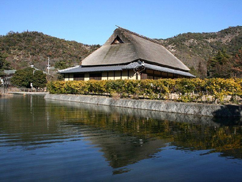 平荘湖の湖畔に建つ本岡家住宅です