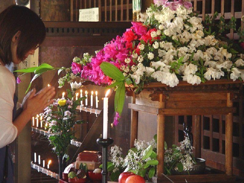 鶴林寺花御堂の誕生仏にお祝いの手を合わす人です