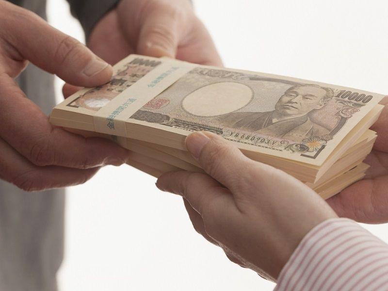 売買契約書に記載されている手付金の授受を行います