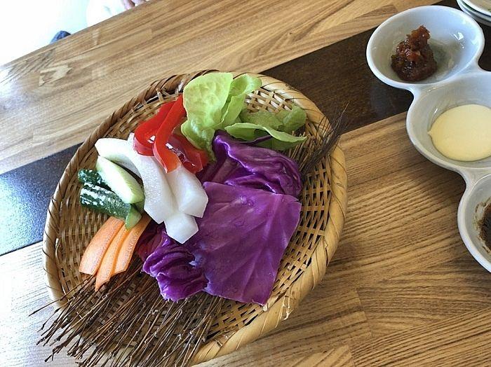 3種類のソース(ディップって言うらしいです)につけていただく生野菜です。