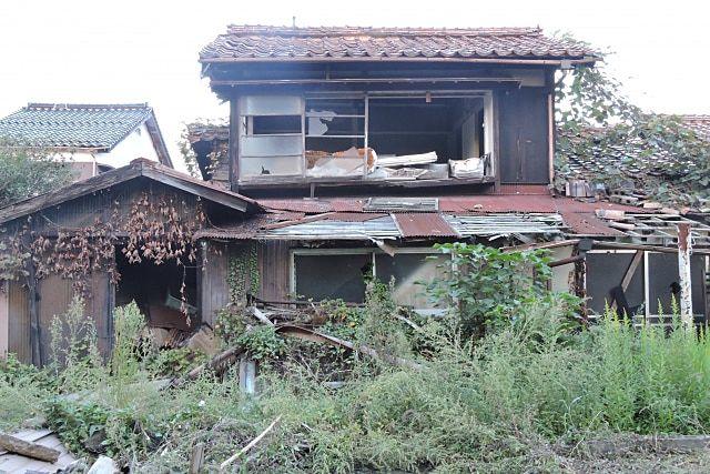 荒廃した所有者不明の空き家。