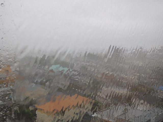 台風の強風で窓がガタガタ鳴りだしても、絶対に窓を開けないで!