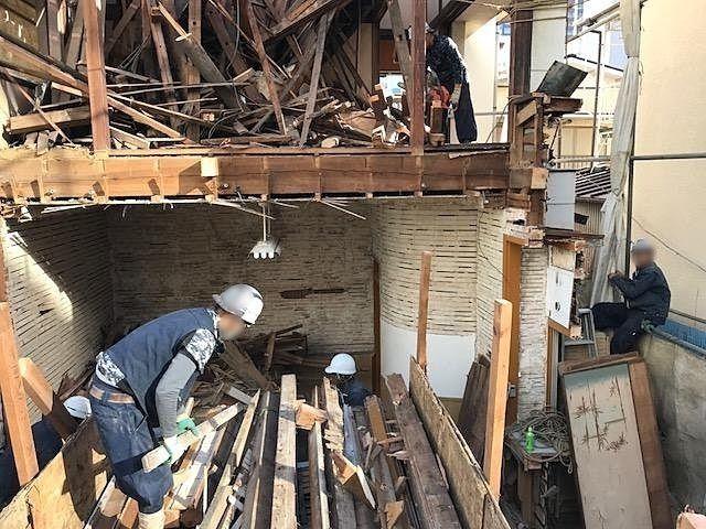 解体工事の、手作業と機械作業