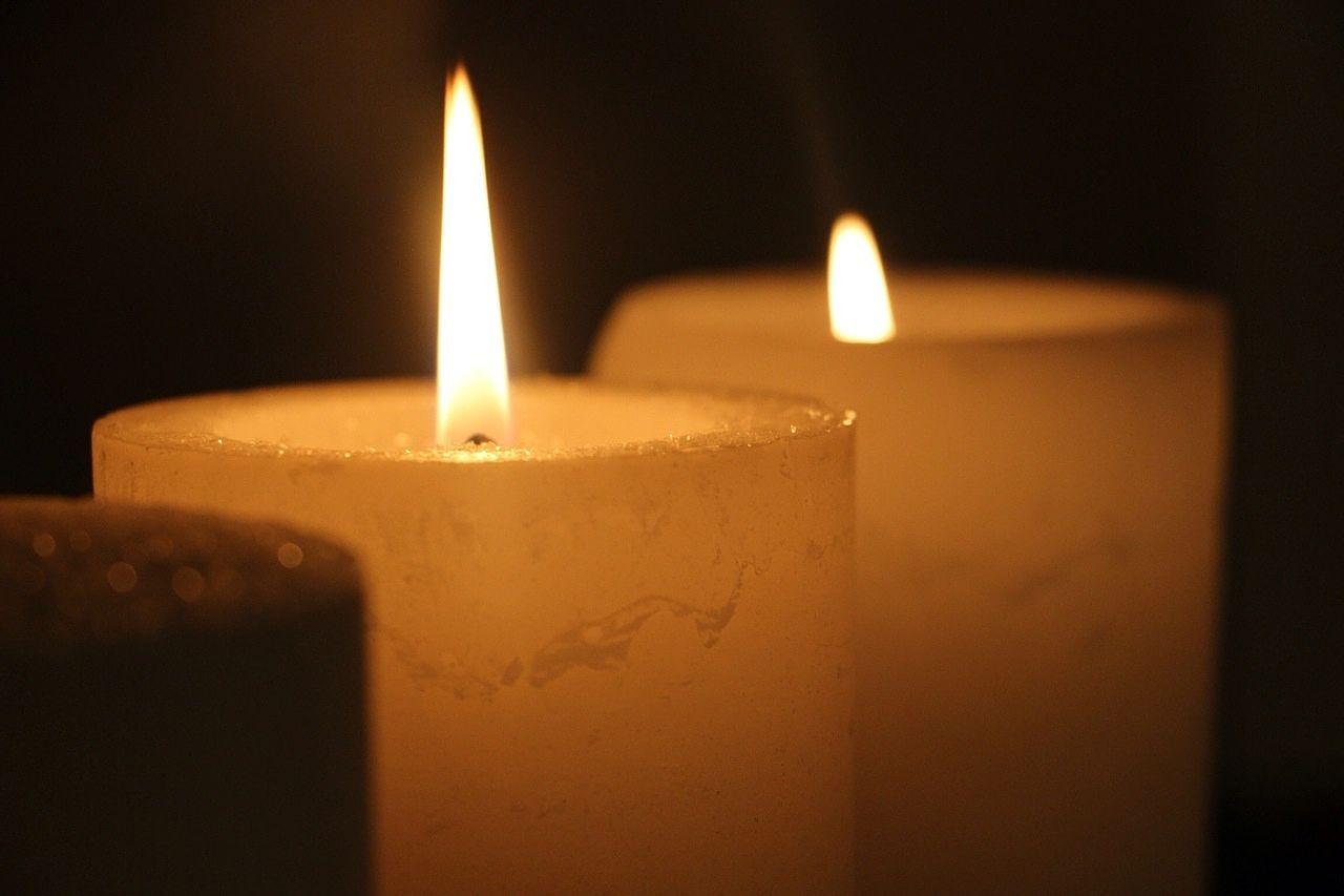 蝋燭は、自分の体を溶かして、火を燈して、まわりを明るく照らしてくれます。