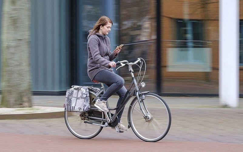 自転車や歩行者も「ながらスマホ」に注意をしてください