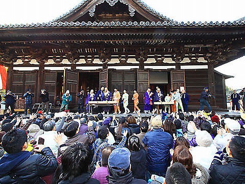 鶴林寺の伝統行事、修正会での餅まき