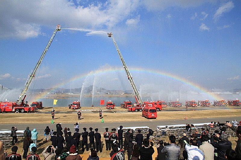 出初め式での一斉放水で虹が見えました