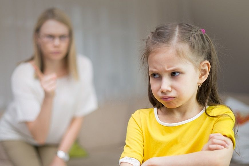 思い通りにならないことに怒っている女の子。
