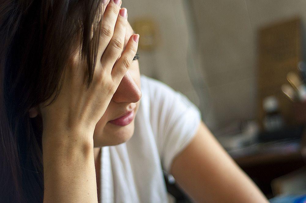 何かに悩む女性。自分を守ろうとするから弱くなる。