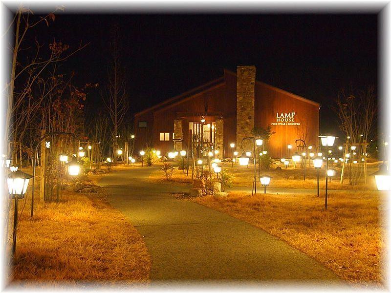 400灯の明かりに燈された幻想的な空間の『ランプハウス』の外観。