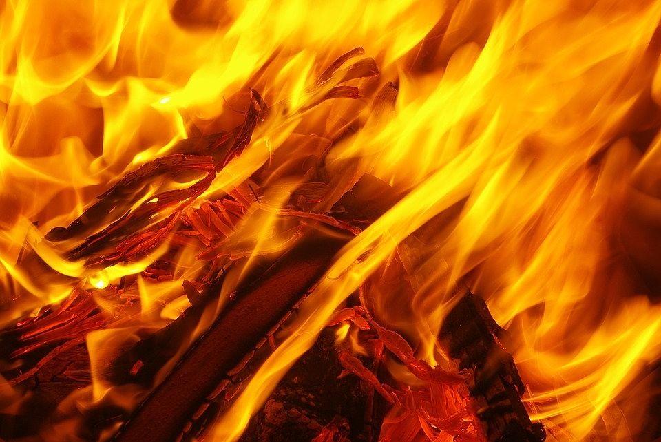 燃え盛る大きな火